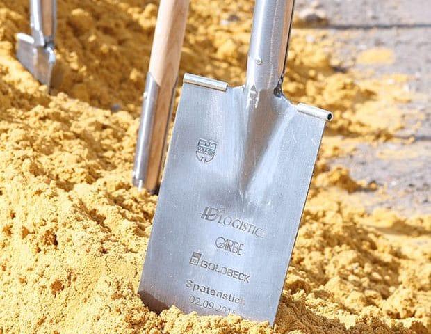 Bedruckte Schaufel im Sandhaufen