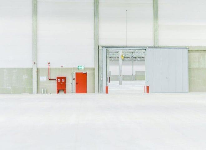 Shared Logistics Center Westfalenhütte; offene Stahltür in Lagerhalle