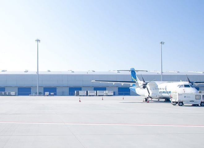 Flugzeug vor Lagerhalle