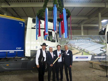 Vier Männer stehen vor einem LKW