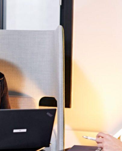 Bei direkten Absprachen organisiert Assistentin Sara de Lange den Ablauf im Vertrieb.