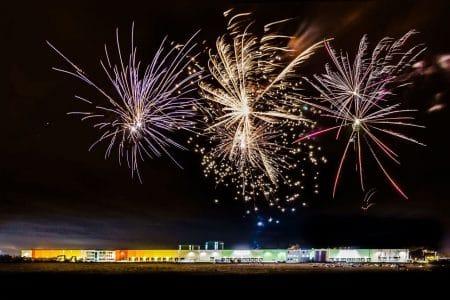 Ein Feuerwerk über einem Logistikpark
