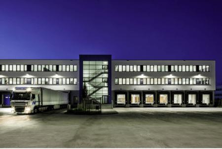 Logistikzentrum bei Nacht