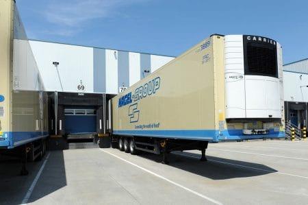 LKW der Nagel Group liefert an Logistikimmobilie