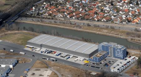 Ein Logistikgebäude aus der Vogelperspektive