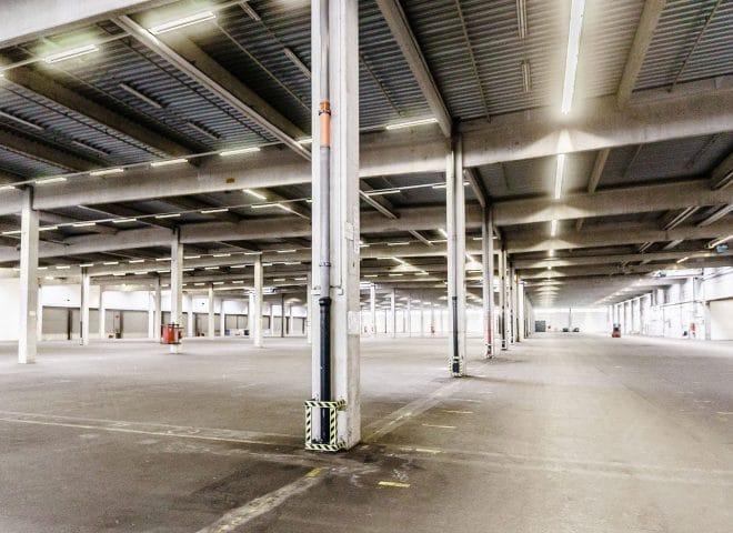 Überdachter Großraum-Parkplatz