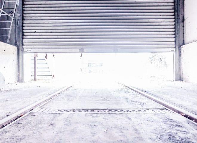 Von innen: Beladetor für LKWs öffnet sich