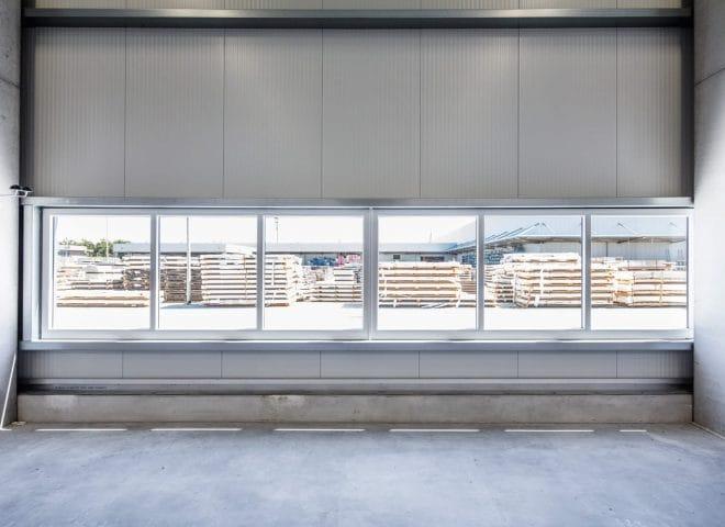 Sicht durch Fenster nach außen auf eine Lagerfläche