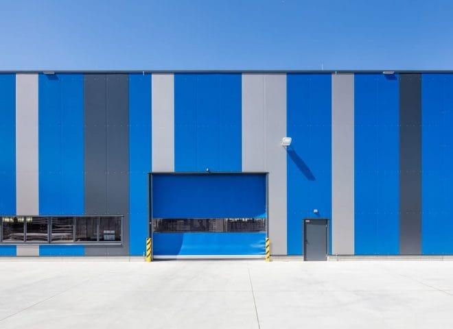 Blaue Logistikhalle von vorne