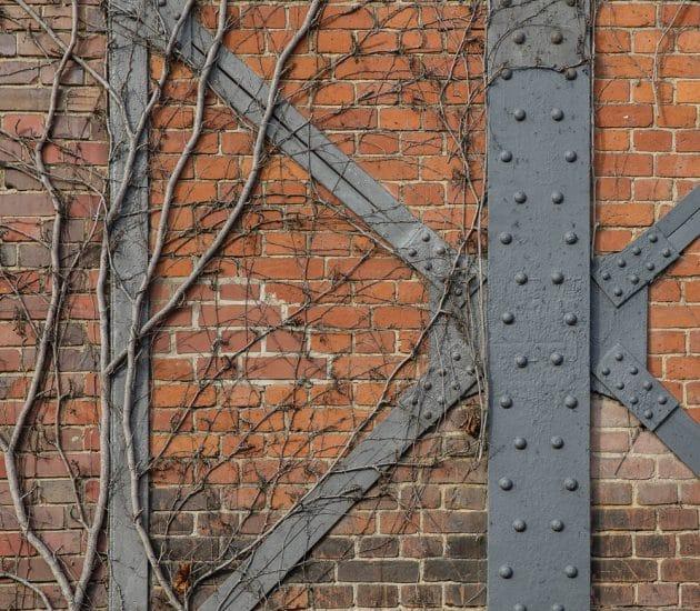 Ausschnitt Backsteinwand mit Stahlträgern