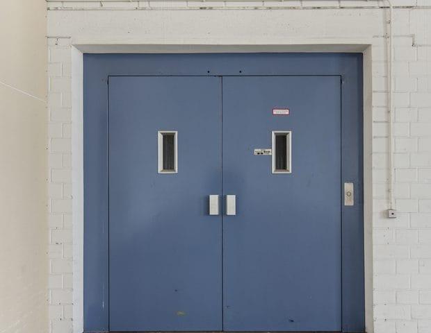Blaue Stahltür in einem Gebäude