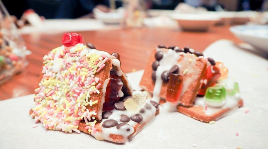 Zwei Lebkuchenhäuser mit Streuseln und Gummibärchen