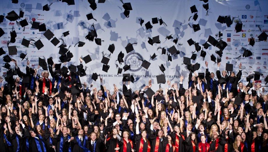 Viele Absolventen werfen ihre Doktorhüte in die Luft