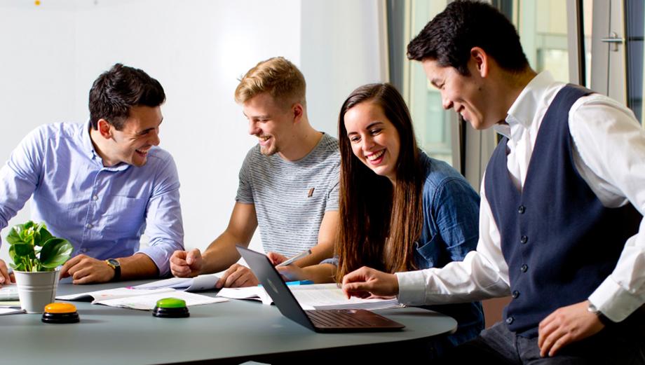 Vier junge Leute beim Lernen