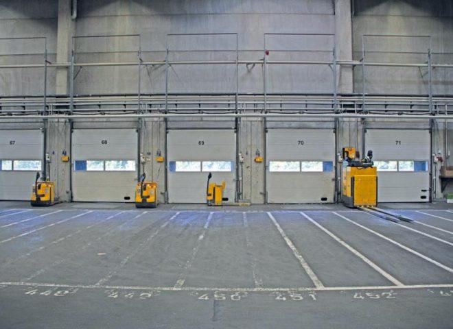 Lagerhalle Innenansicht Beladetore für LKW