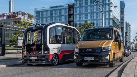 Abbildung 6: Beispiele für nachhaltige Verkehrskonzepte: Selbstfahrender Bus der Hochbahn und ein Fahrzeug des Fahrdienstes MOIA